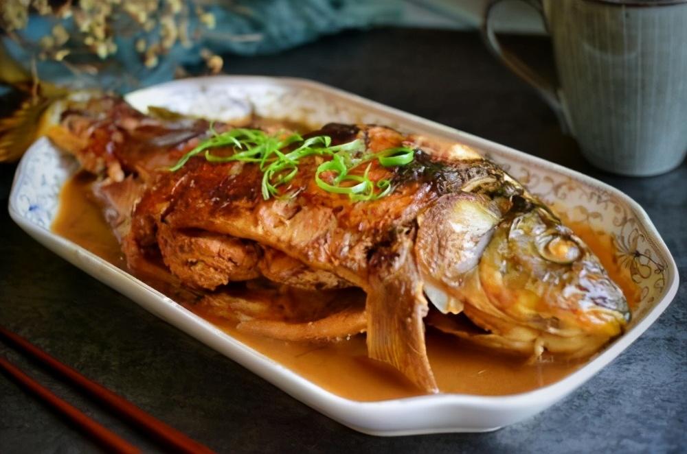 做炖鱼,先下锅煎就错了,难怪破皮腥气又难吃,正确做法在这里 美食做法 第2张
