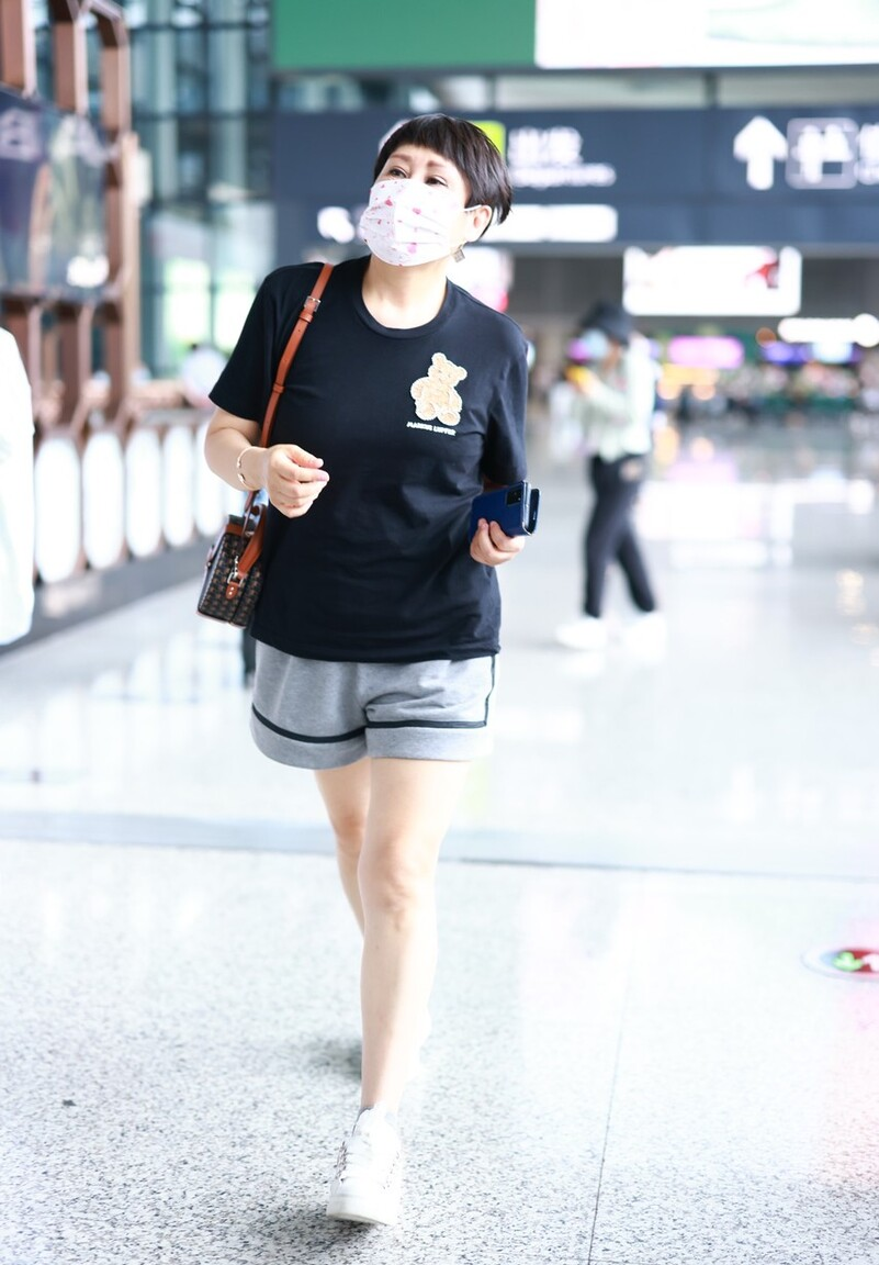 """年近60岁的张凯丽真敢穿,又穿""""短裤""""走机场,状态比年轻人好"""