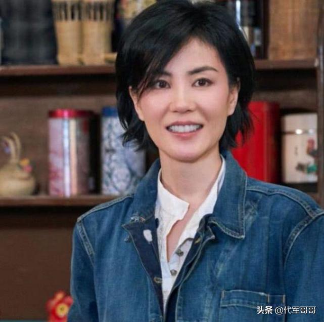51岁王菲新代言曝光,老气横秋土味十足,网友:不怕被抛弃吗?