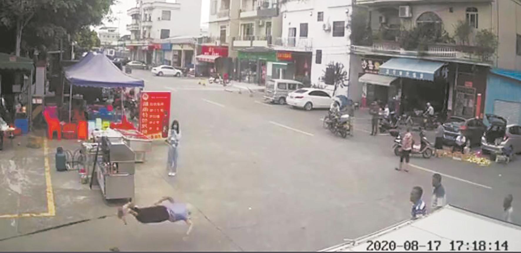 遛狗牵绳有必要吗?上海处罚20多起遛狗不牵绳行为,你怎么看?