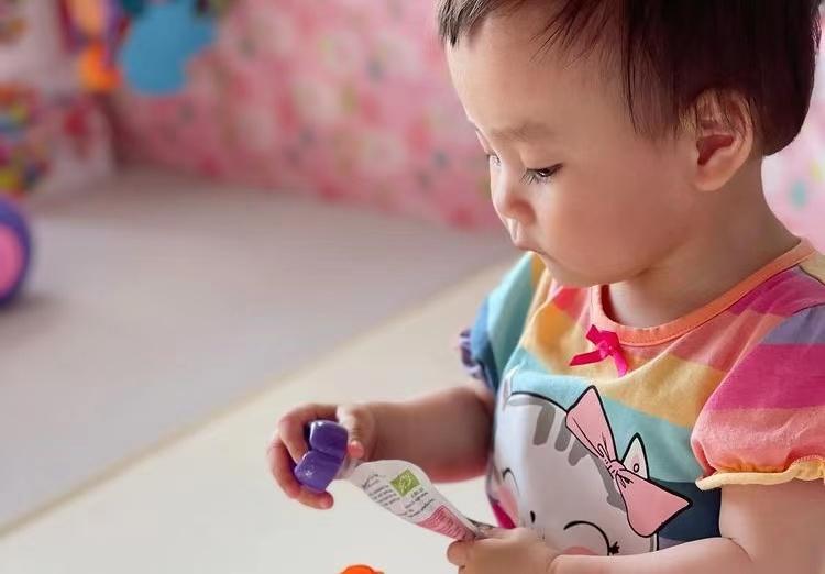楊怡首次帶女兒出門見朋友,1歲小珍珠大眼超萌,很像爸爸羅仲謙