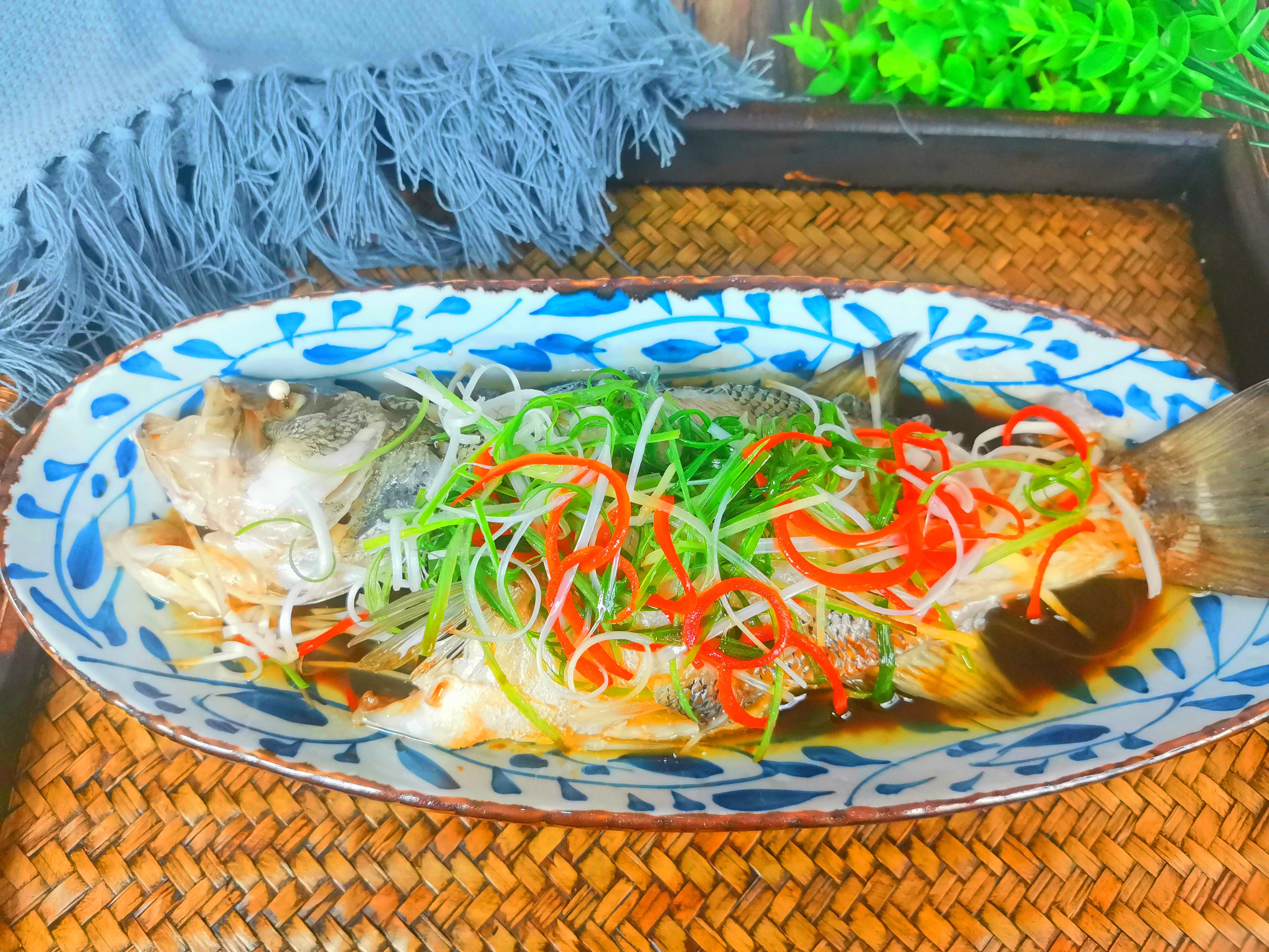 清蒸鲈鱼,最忌放盐和料酒,诀窍告诉你,鱼肉鲜嫩好吃,不腥不柴