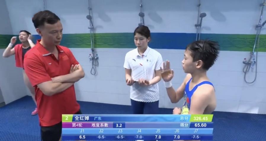 全红婵第4跳失误,教练送上眼神杀,谁注意她随后的举动:太搞笑