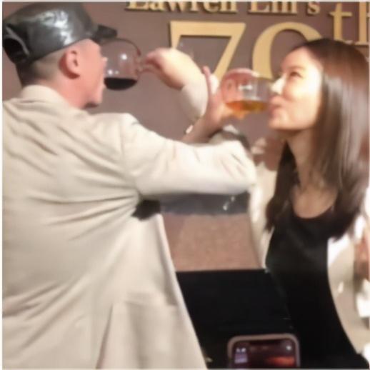 霍建华林心如在林父70岁寿宴狂秀恩爱,喝完交杯酒又相拥合唱