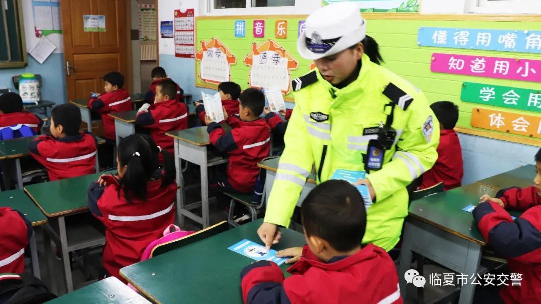 临夏市公安局交警大队集中整治电动车接送学生违法行为
