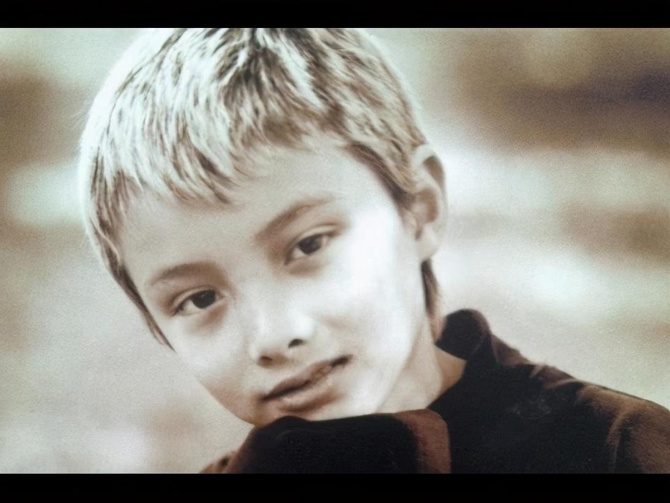 他生于明星家庭,却痛恨自己的华裔血统,最终杀6人泄恨后自杀