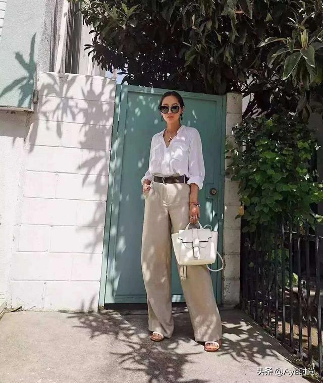 周迅穿着白色衬衫搭配V领,黑色九分裤,堪称小人物的典范