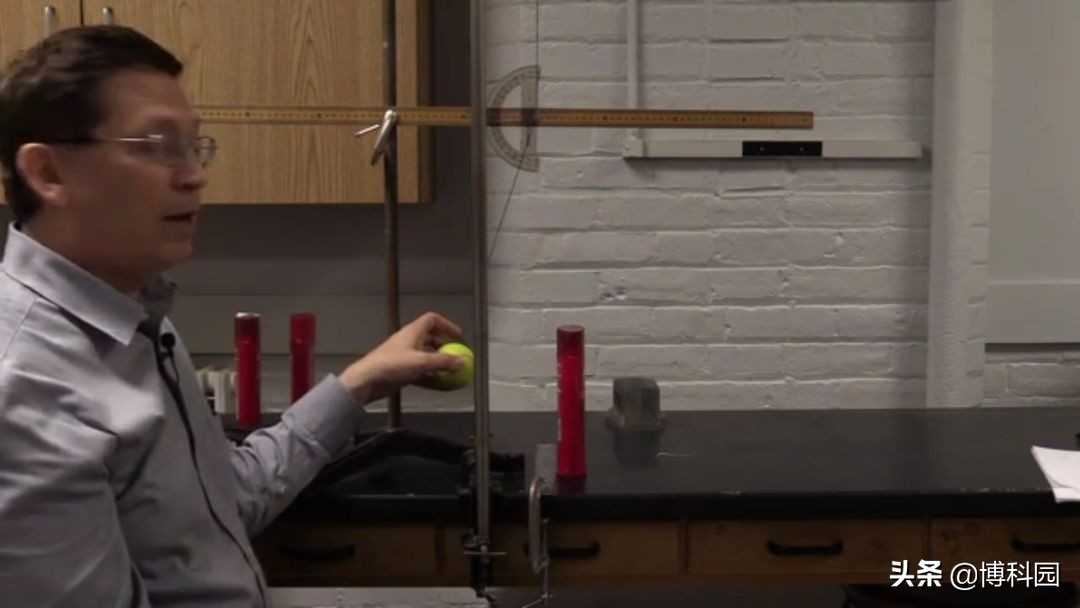 为什么空的洗发水瓶,非常容易被撞倒?
