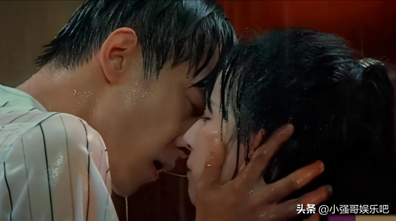 小彩旗在综艺上和男星吻戏,分开时嘴巴还有粘液,评委连连称赞她