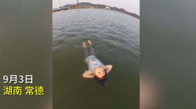 2岁女童10分钟横渡沾天湖,途中还能变换各种姿势,网友:她肯定是鱼变得