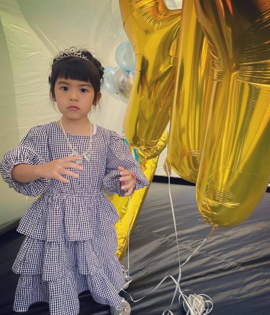 波妞4岁生日 圆梦变身气质公主 贾静雯亏:不适合