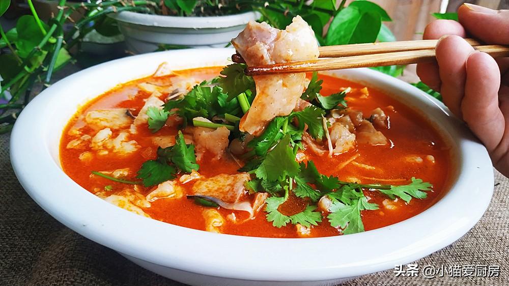 小猫用巴沙鱼加上4个番茄1把金针菇做的菜 好吃到连汤汁都不剩