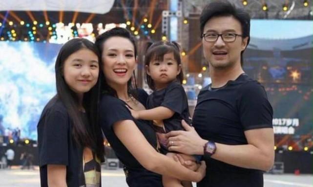 偶遇汪峰夫婦帶孩子用餐,章子怡跟小蘋果形影不離,母女關係親密