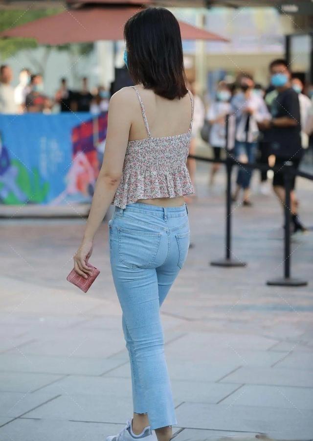 夏日穿搭技巧必备,肩宽小姐姐穿打高领无袖的背心,劣势变成优势
