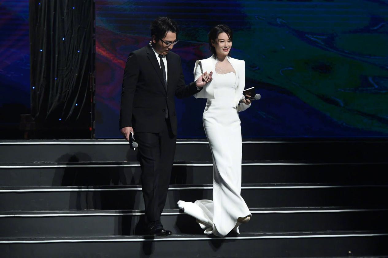 华少主持金鸡奖,与张馨予同台身型是女方2倍宽,和之前判若两人