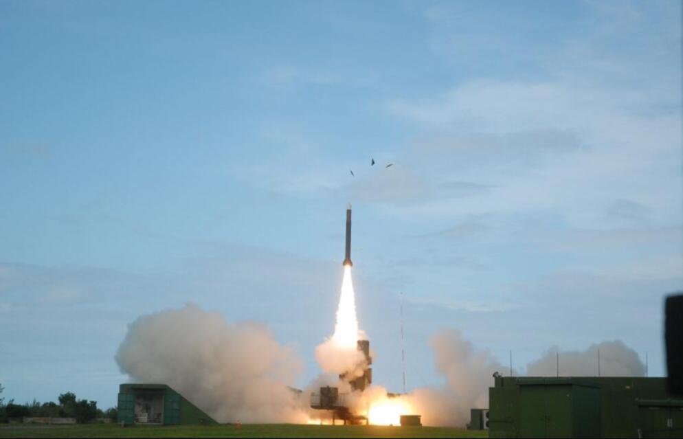 """14日,岛内炮声轰隆!一艘美舰现身台南部海域,同日解放军有行动 原创东南解局2021-01-17 10:35:19 14日,岛内再次炮声轰隆。据台媒报道,台湾军工科研机构今年第2波""""无限高""""导弹试射于"""