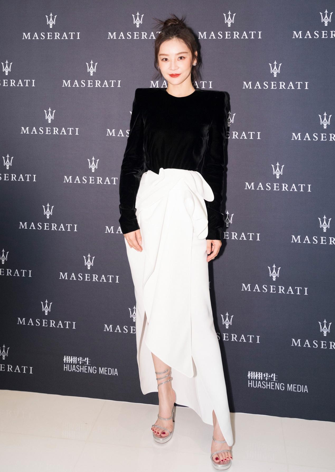 32岁袁姗姗会穿,丝绒黑衣配白色半裙好高级,165穿出超模范