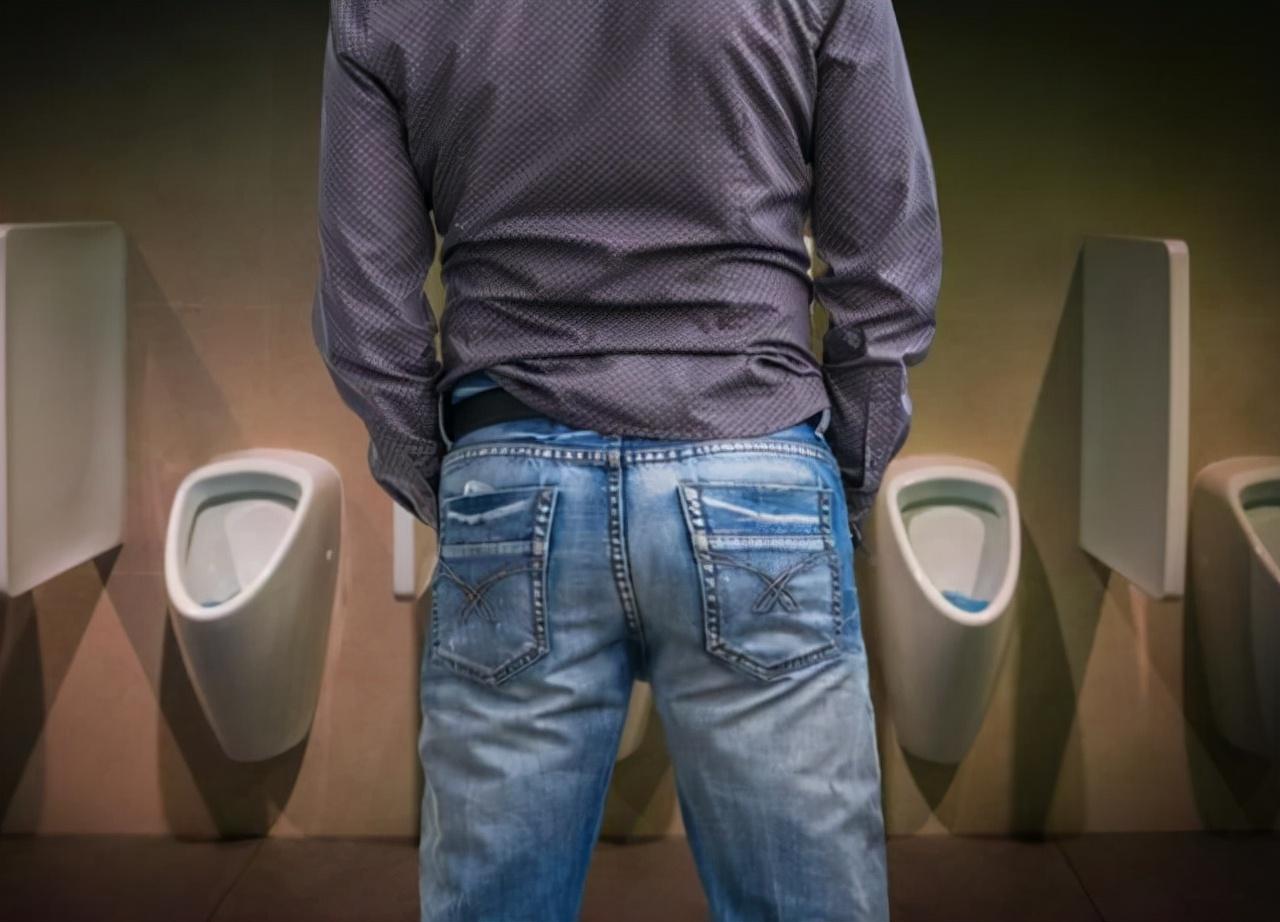 """男性晨起""""第一次""""上廁所,若沒有3種現象,或表明腎功能健康"""