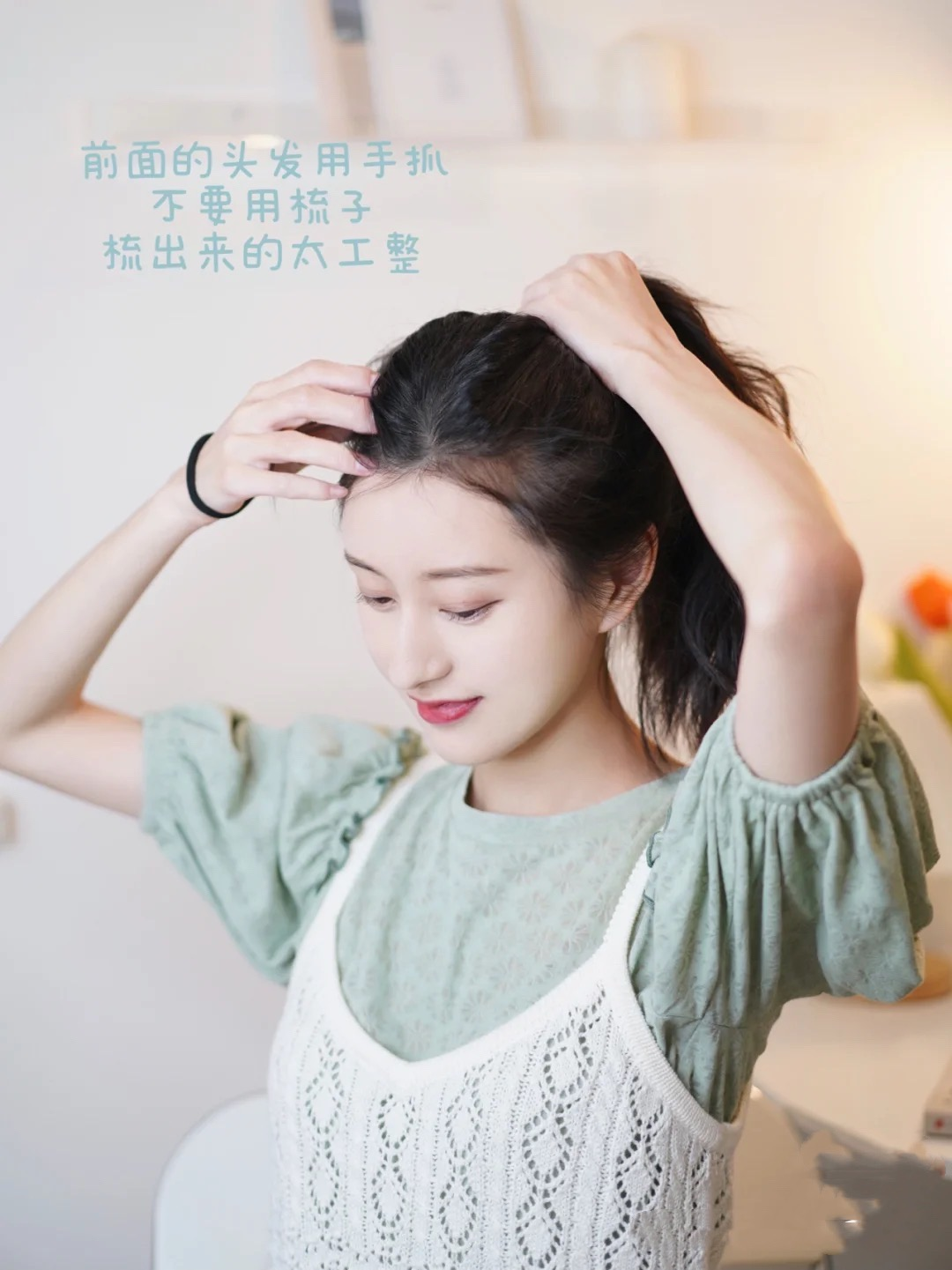 怎样盘头发既简单又好看蓬松,学着这样做,优雅大方女人味十足 盘头发 第2张