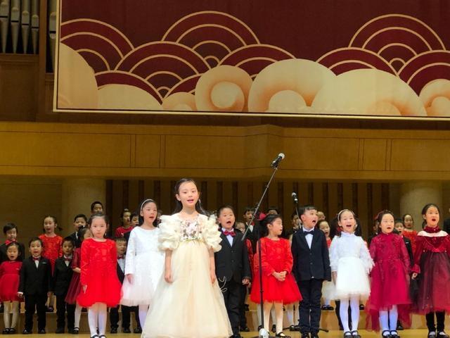 李小璐送女兒去演出彩排,曬母女合影,笑容如復制粘貼