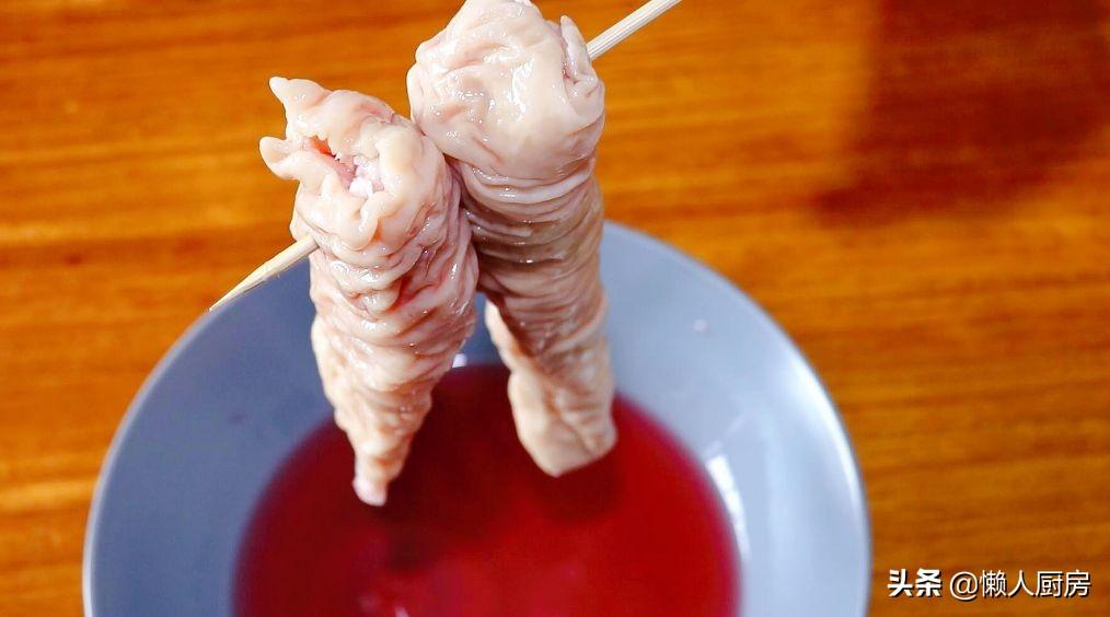 很多人不愛吃豬大腸,那是沒做好,放入脆皮水中,外皮酥酥脆脆