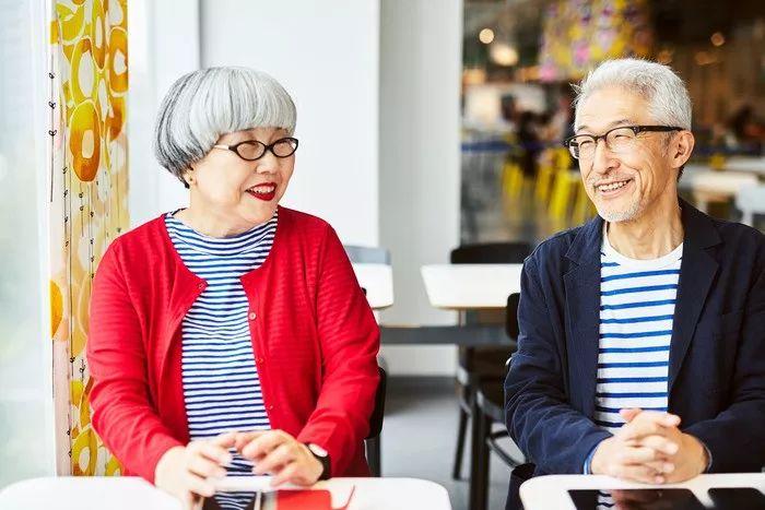 六旬老夫妻結婚39年,天天情侶裝:這把陳年狗糧,我吃還不行麼!