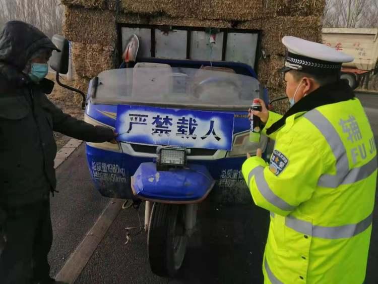 罚款!拘留!怀仁市一辆无牌无证三轮车非法载人被查获
