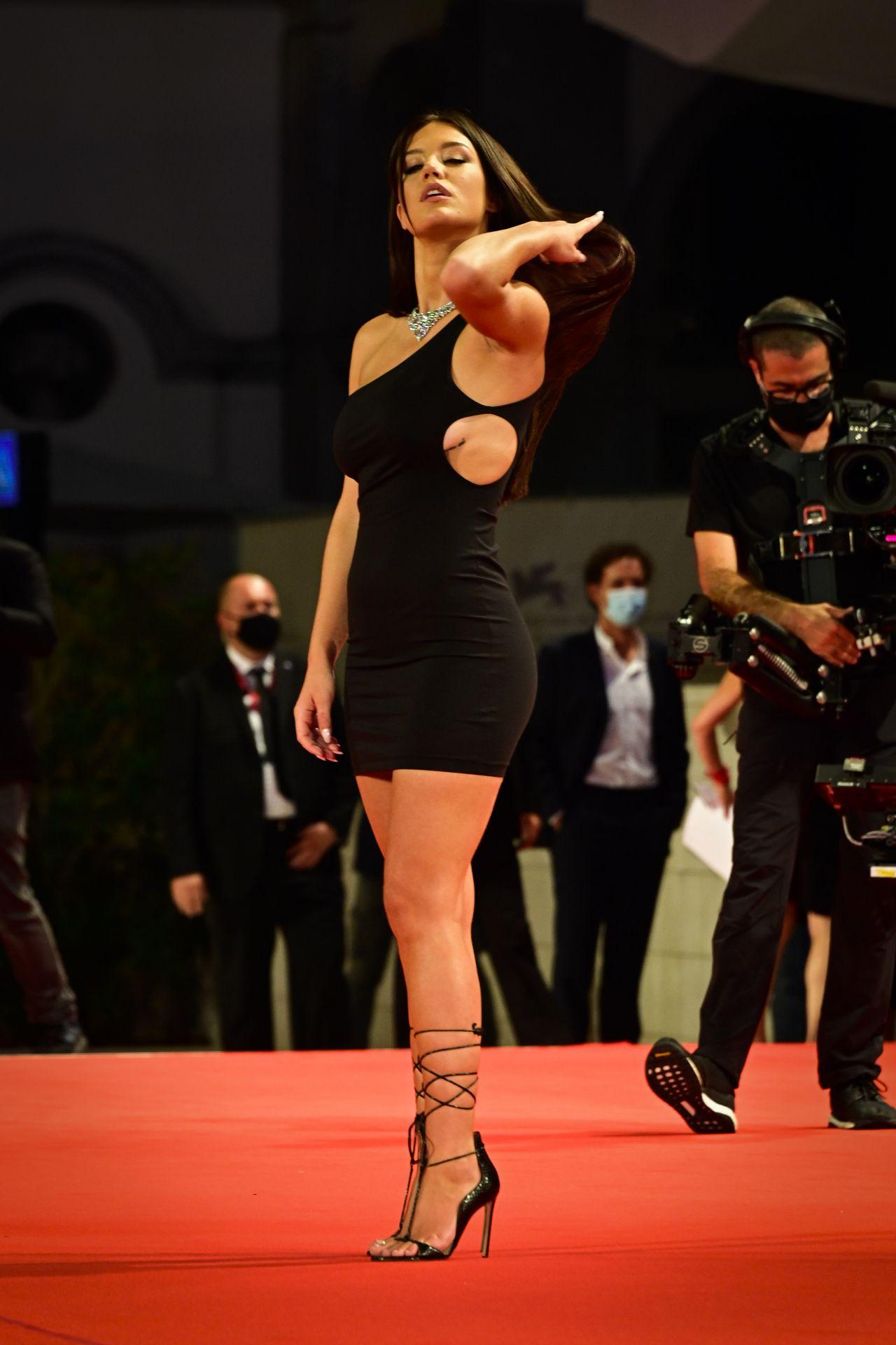 阿黛尔·艾克阿切波洛斯亮相红毯,身穿黑色单肩连身裙魅力十足