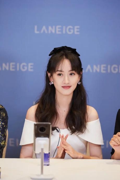 28岁的袁冰妍太会搭配 少女轻熟风格太迷人 舞蹈身材难得