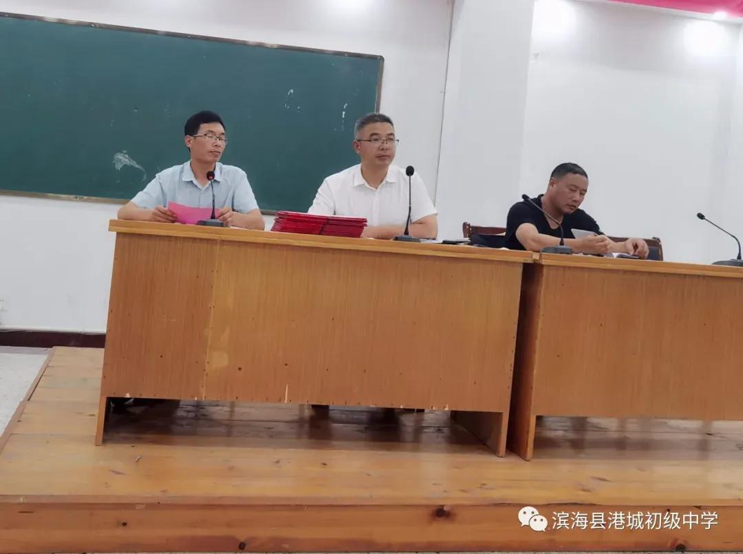 """""""青蓝同心,携手奋进""""滨海县港城中学举行青蓝工程师徒结对仪式"""