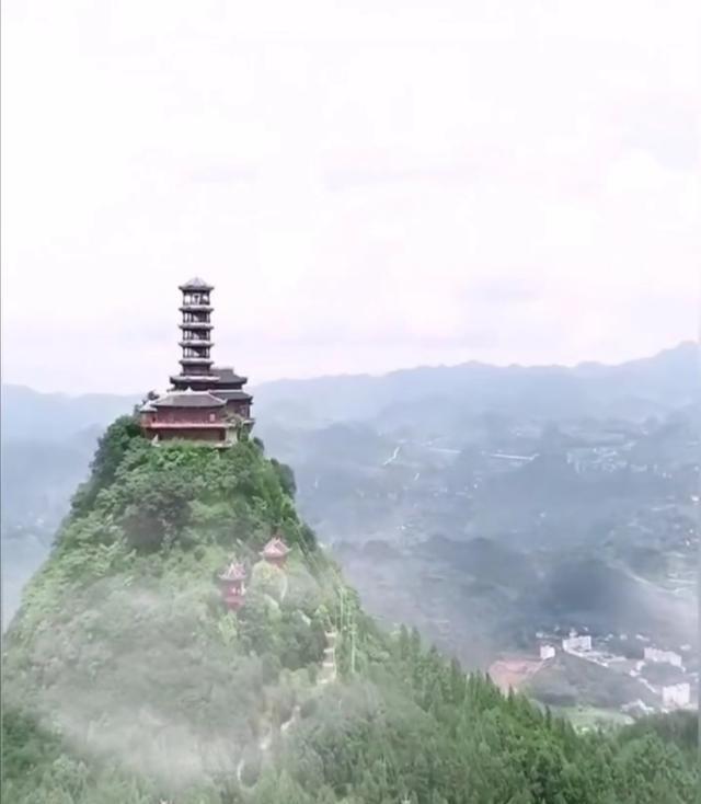 曾祥裕风水团队追随徐霞客足迹奋力攀登贵州盘县丹霞山