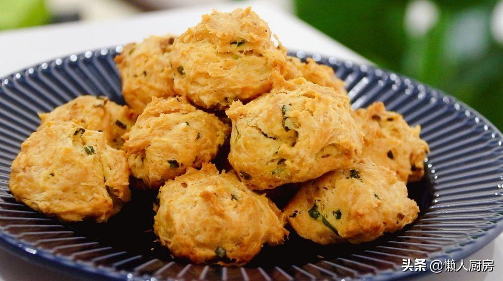 這是鹹口味的餅乾,麵粉裡加雞蛋和蔥末攪一攪,特別適合懶人