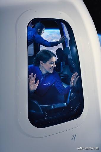 相较马斯克,亚马逊创始人贝佐斯抢先一步,将与兄弟7月进入太空