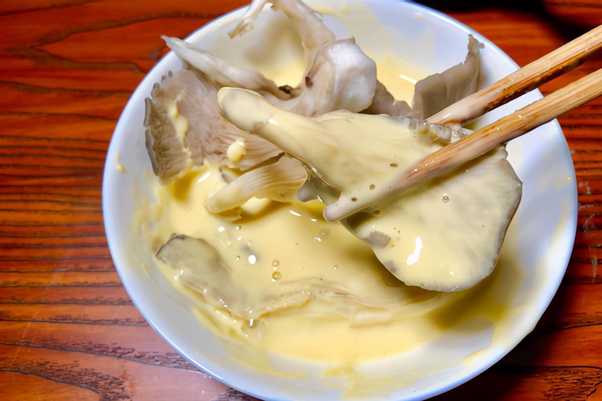 做乾炸蘑菇,最忌掛糊直接下鍋炸,學會正確做法,口感香酥脆