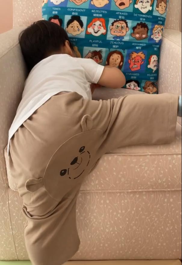 章子怡曬17個月大兒子,弟弟賣力爬沙發不服輸,還自帶配音萌翻