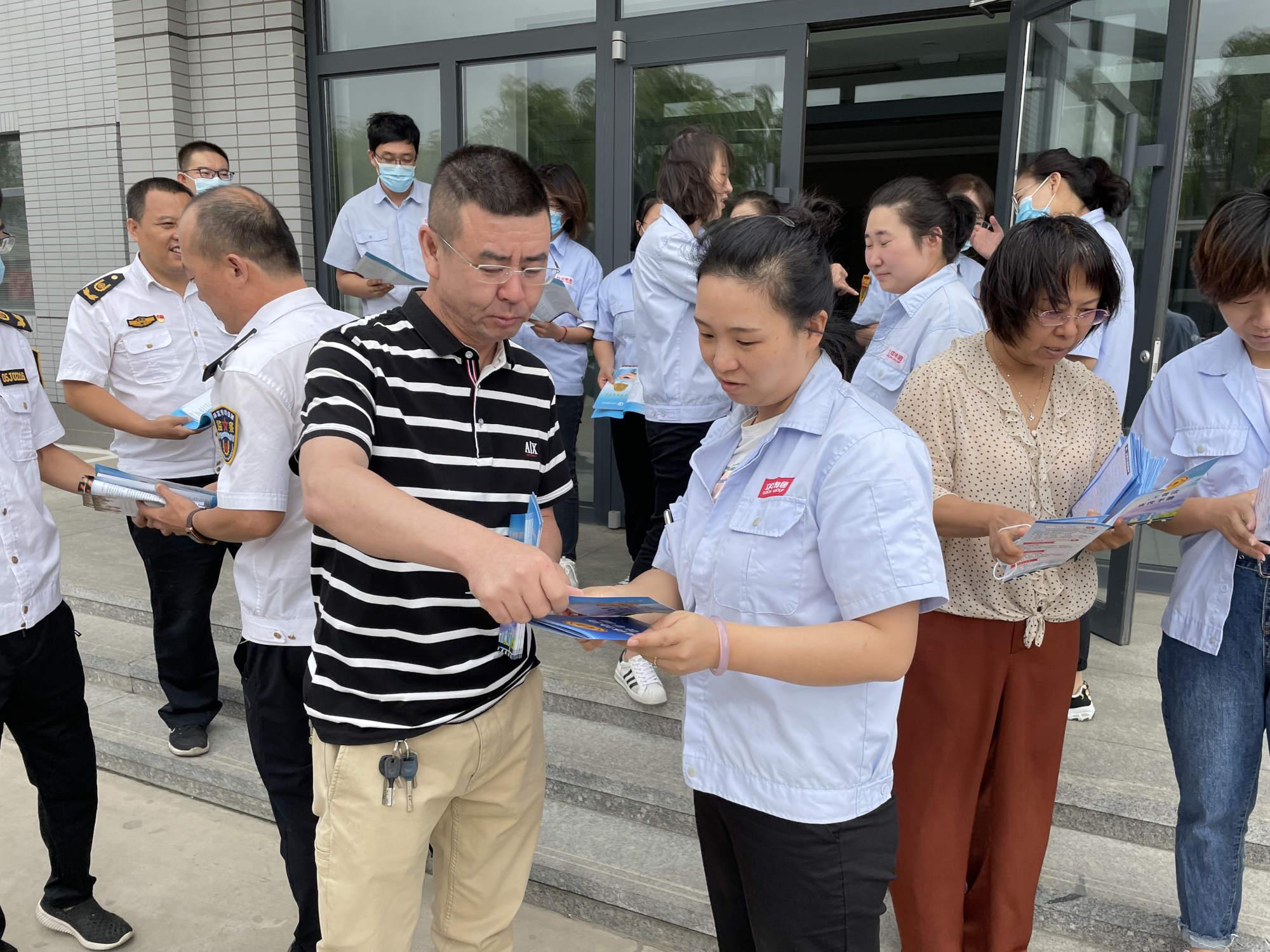"""东河区工商联深入企业开展""""构建和谐劳动关系宣传月""""活动"""