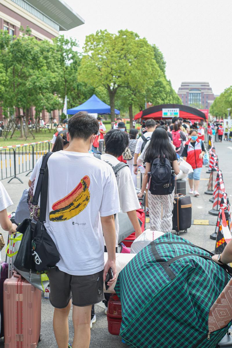上海高校开学包裹多到把路堵死,新生购买力太强,或许是父母的错