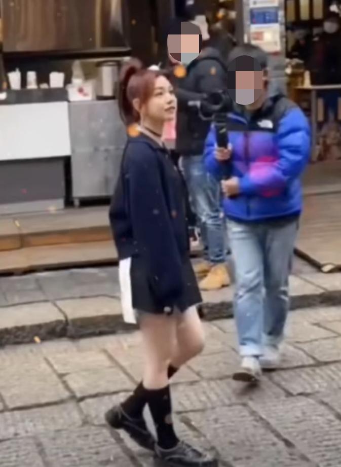 37岁陈妍希罕现身,冬天露大长腿似竹竿,路人穿厚棉袄对比明显