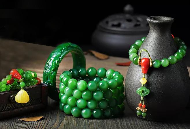 手串和佛珠是清朝服饰礼仪的一部分,五品以下的官员不允许戴朝珠