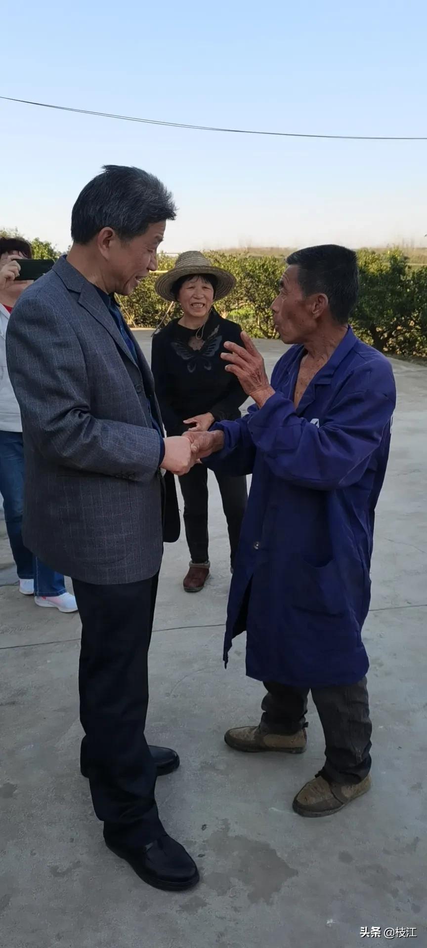 武汉知青时隔51年来给乡亲拜年