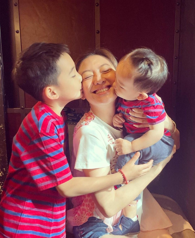 38岁应采儿晒庆生照,双手托腮如少女,被两个儿子同时亲吻超有爱