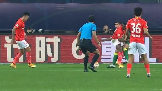京粤大战背后,国际裁判的控场能力,会惊醒不断失控的中国足球吗
