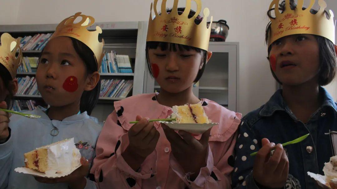 西安爱心互助公益团队助学吴起县二道坝村 和孩子一起为祖国祝福