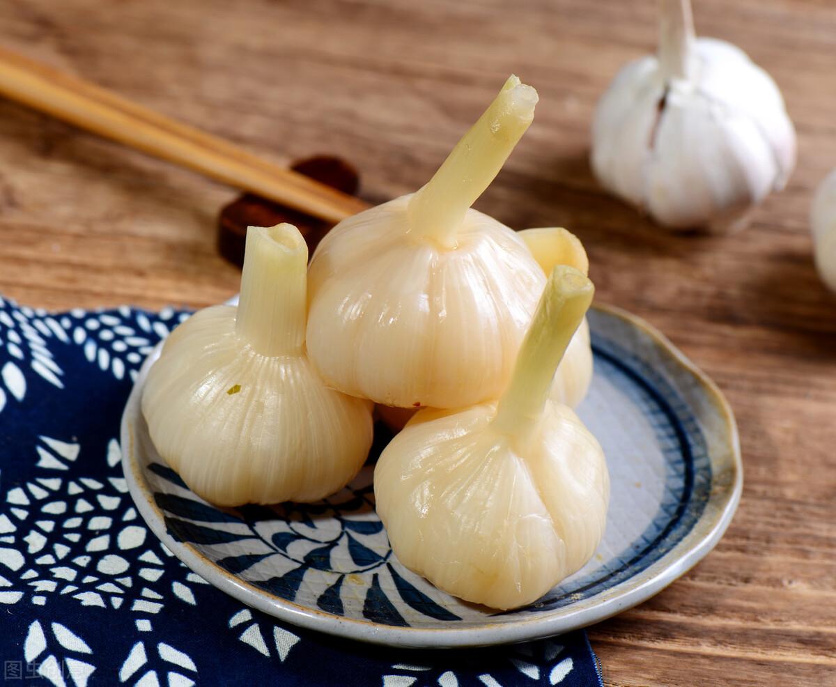 新蒜大量上市,糖蒜腌制正当时,教你腌糖蒜的秘方,酸甜又爽脆 美食做法 第3张