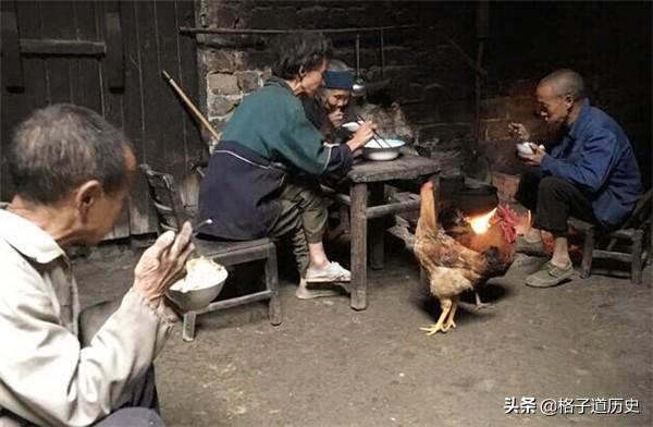 """九旬老人自備棺材,存3大缸糧食給3個""""低智兒"""",臨死都在流淚"""