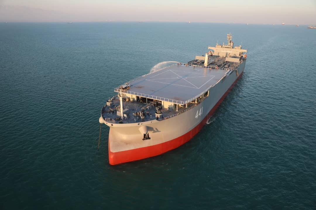 """伊朗巨型""""航母""""亮相军演,排水量12万吨,自持力1000天"""