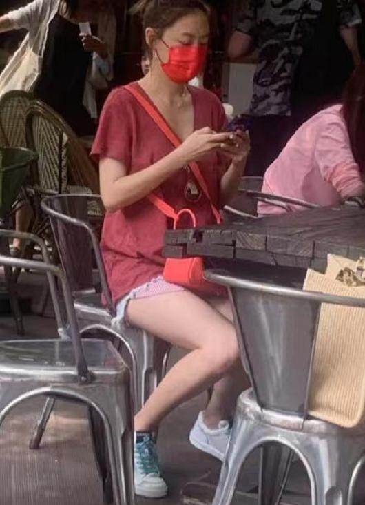 應采兒街邊玩手機被偶遇,穿短褲秀腿部肌肉線條,坐姿端正氣質好