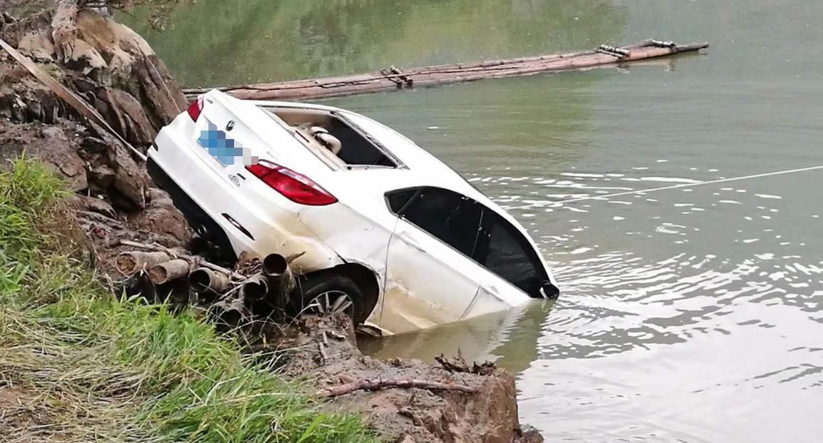 """汽车落水后,为什么很多人都逃不出来?其实""""逃生技巧""""很简单"""