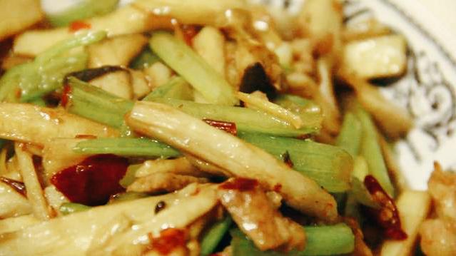 把芹菜炒杏鲍菇当做招牌菜? 美食做法 第2张