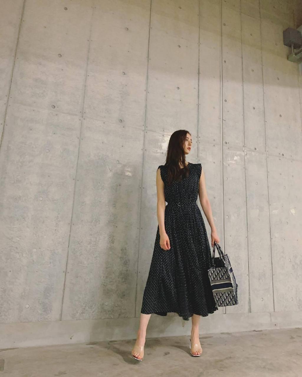 新木优子黑白长裙写真公开,天然氧气脸,不愧是日本第一初恋